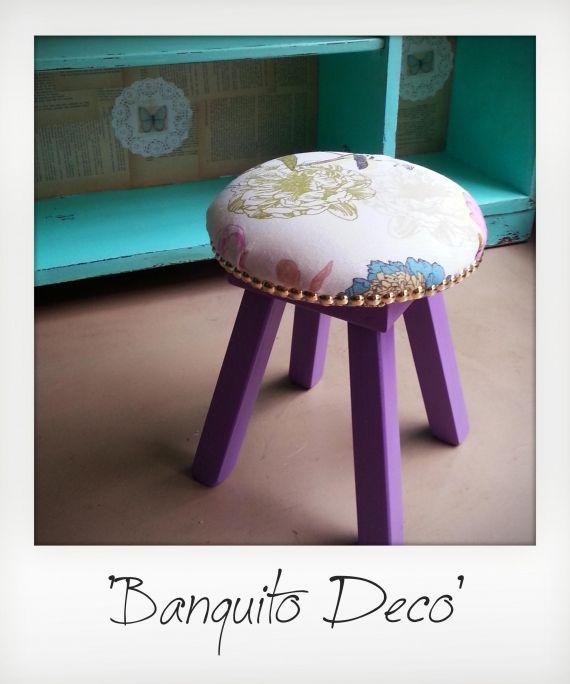 Delicado banquito tapizado con tela lona y terminado con tachas en su totalidad. $250