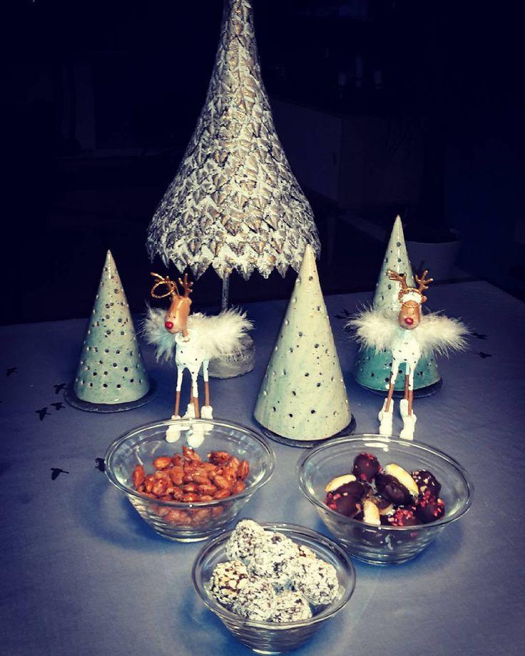 Der er ingen smalle steder her. Det er jo jul.  Jeg fik lige vendt et par ekstra trøfler og brændte mandler med chili.  #glutenfri #lowcarb #sund #økologisk #okoliving #brændtemandler #mandler #protein #chili #chilimandler #sukkerfri #konfekt #healthychrist #healthy #jul #family #sundjul #sundogslank #modernemad #modejul #hjerter #hjemmelavet #nogluten #nosugar #medusa by annamette_thomsen