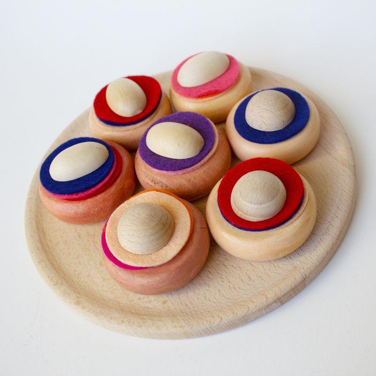 Koláček+dřevěný+na+magnetky+Koláček+do+dětské+kuchyňky+pro+malé+pekařky.+Vyrobený+z+tvrdého+dřeva+a+malovaný+barvami+atestovanými+na+dětské+hračky.+Koláček+si+děti+sami+pečou,+na+těsto+skládají+různé+náplně,+povidla,+marmeládu,+tvaroh+(různobarevné+filcové+kolečka)+a+ozdobí+ho+posipkou.+V+koláčku+a+posipceje+magnet,+takže+upečený+koláček+pěkně...