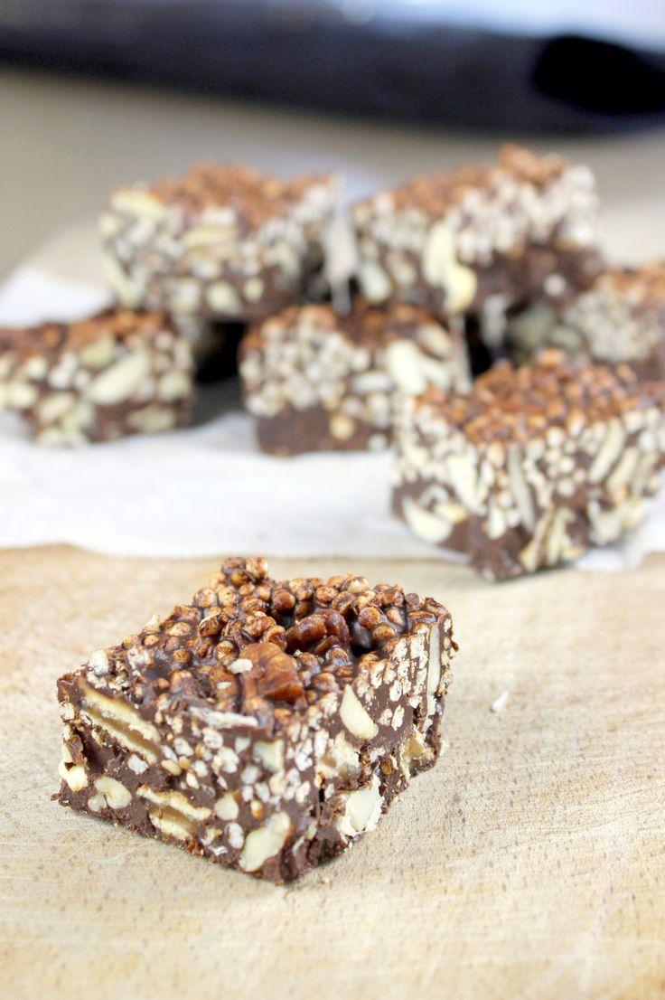 Dit recept is een gezondere variant op gevaarlijk lekkere en oh zo ongezonde Rocky Road. Gezondere Rocky Road met pure chocolade, gepofte quinoa en noten.