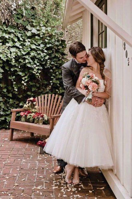最近は結婚式の写真も前撮りするカップルが多くなってきましたね。たくさんの写真を撮るウェディングフォトは同じポーズや雰囲気になりがち。そこで、マネしたくなっちゃうお洒落なウエディングフォトをご紹介します♡