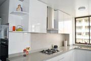 Estudio perimetro cocina muebles formica blanca cubierta cuarzo gris porcelanato muro salpicadero tiradores rebaje decorativa campana