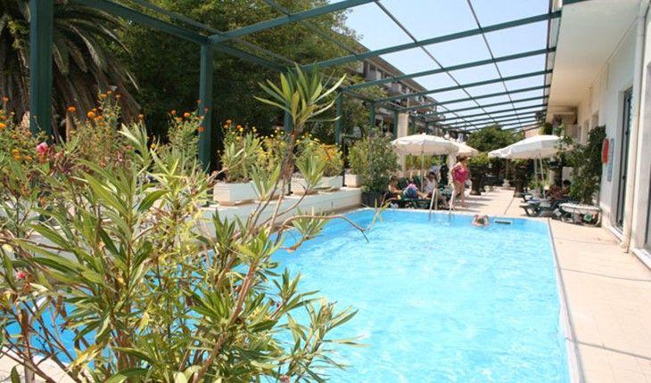 Pored glavnog restorana, hotel ima kafeteriju i bar pored bazena. #travelboutique #Corfu #Krf #putovanje #letovanje #odmor