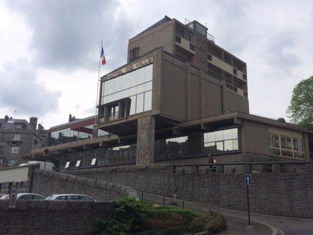 Samedi 7 mai 2016, vers 13h, la concierge de la mairie de Vire-Normandie (Calvados) s'est retrouvée coincée dans l'ascenseur alors qu'il n'y avait plus personne dans les locaux.