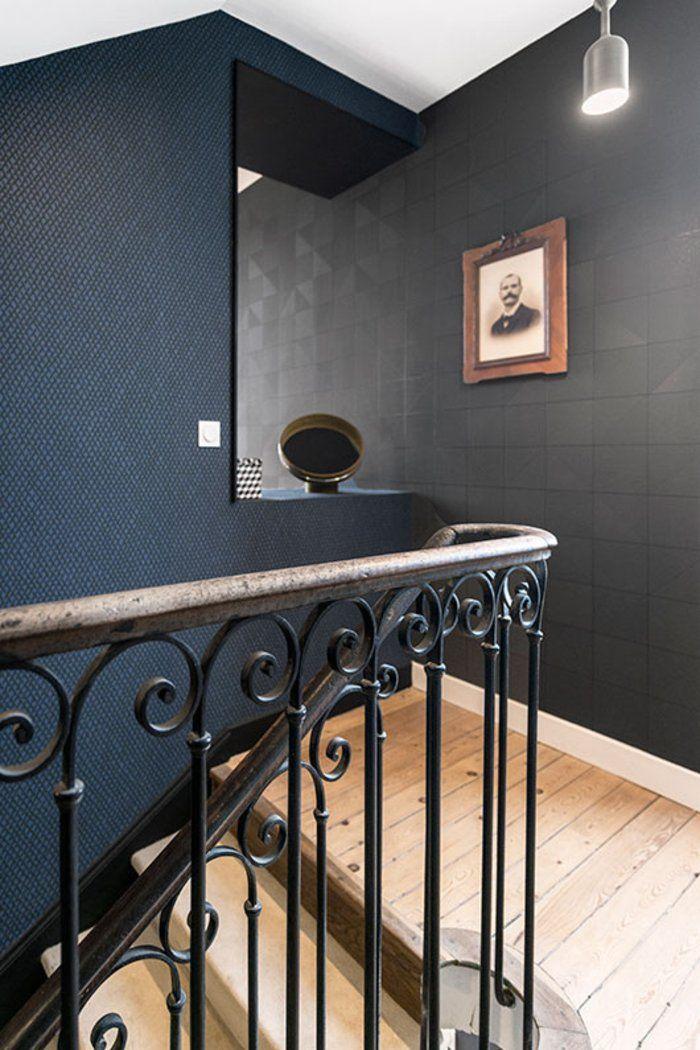 הניגודים בין שתי הקומות שלכל אחת מהן סגנון שונה, מוסיפים עניין לבית ועם זאת הן משתלבות באופן הרמוני ומשקפות את סגנונה המתוחכם של המעצבת | צילום: Benoit Alazard