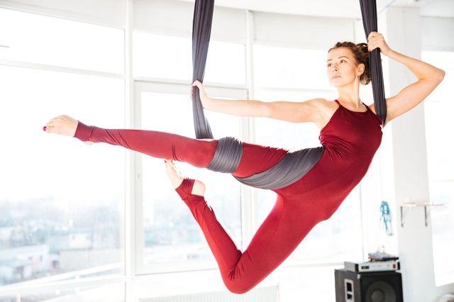 AIR JOGA: na czym polega i dlaczego warto ćwiczyć jogę z chustą?