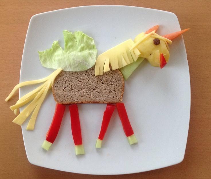 Einhorn mit Flügelchen. Aus Brot, Paprika, Eisbergsalat, Käse, Salatgurke, Pellkartoffel, Karotte.