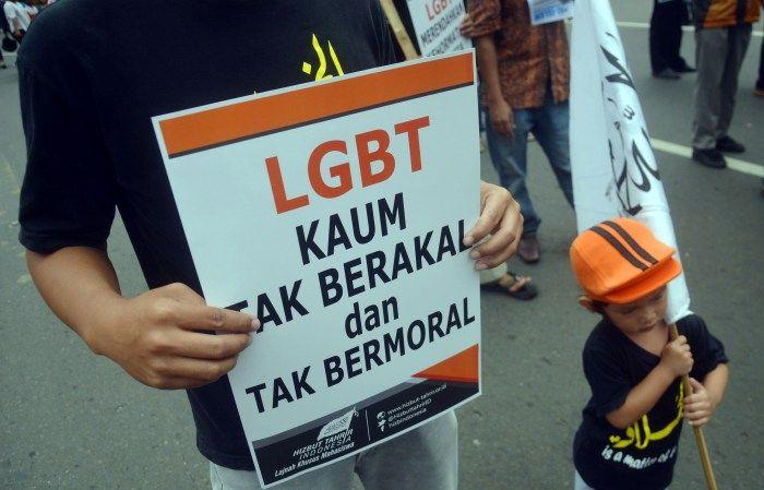 Korem 152/Baabullah Sosialisasikan Bahaya LGBT Lewat Media Sosial : Komando Resor Militer (Korem) 152/Babullah Ternate Maluku Utara (Malut) intensif mensosialisasikan bahaya Lesbian Gay Biseksual dan Trans Gender (LGBT) melalui medi