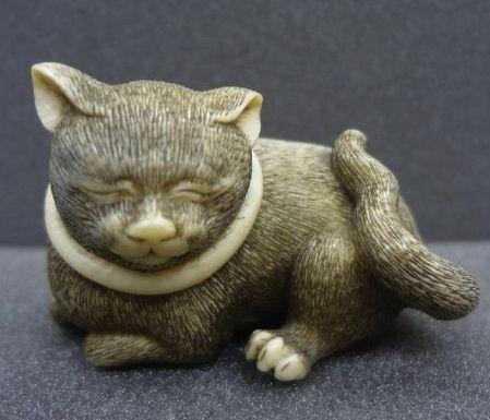 Seated cat. Japanese netsuke, made of ivory.