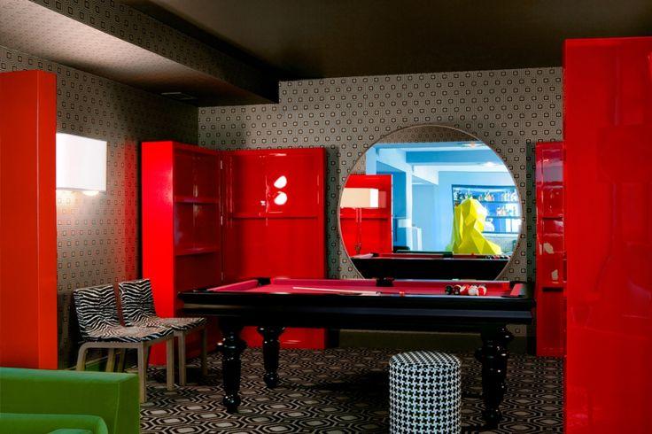 foorni.pl | Restauracja Germain w Paryżu – restauracja w stylu eklektycznym, czerwone meble, czerwona szafa, czerwony stół bilardowy, wzory, kratka, mozaika, paski