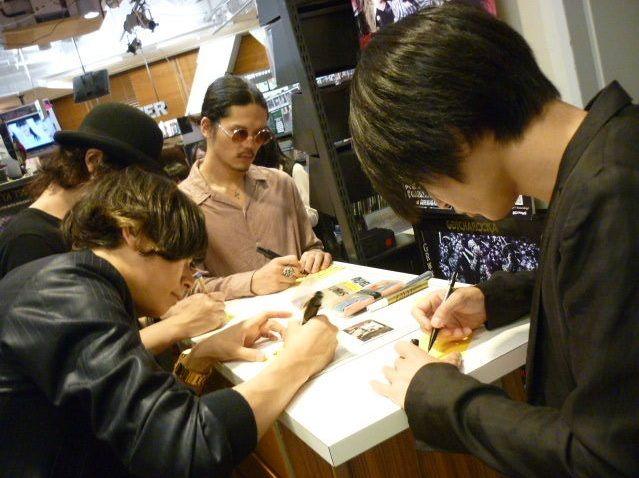[Alexandros]2014/6/20 2Fにてコメントカードを書き書きしてもらうの図。(公認の隠し撮り)@SHIBUYA TSUTAYA