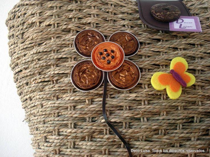 Flor hecha con cápsulas de nespresso como parte de la decoración de un capazo.