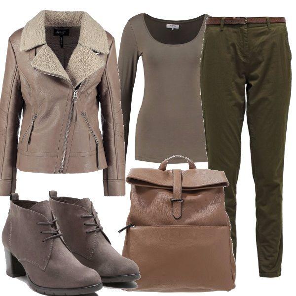 Belle tonalità della natura in questo outfit, giubbotto taglio moto con pelo, pantaloni cargo, stivaletti col tacco grosso e zaino. i colori autunnali mischiati fra loro.