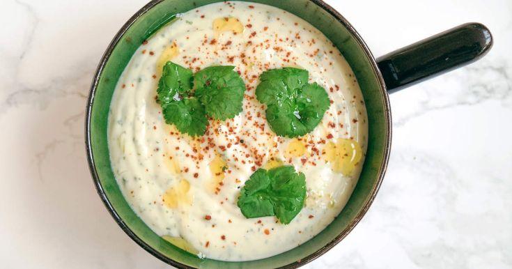 Aioli med koriander och lime, som du gör superenkelt på färdig majonnäs. Passar riktigt bra till Siris sötpotatispommes.Spela klippet för att se när Siri gör aiolin, sötpotatispommes och dessutom en galet god mexican bean bowl med koriander och rödlök.