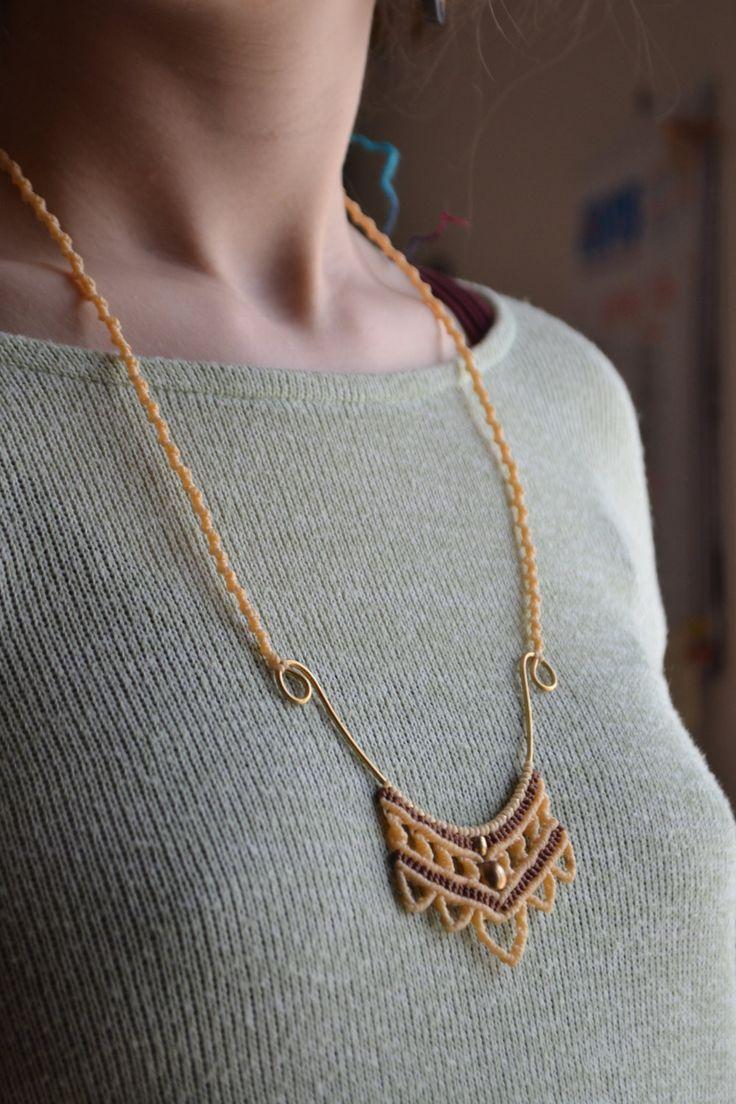 Collana su base in ottone, fatta a mano, gioiello macramè, fiore di EthnicMacrame su Etsy