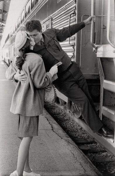 Inspírate en los besos de la II Guerra Mundial para crear una romántica sesión de fotos con tu pareja.