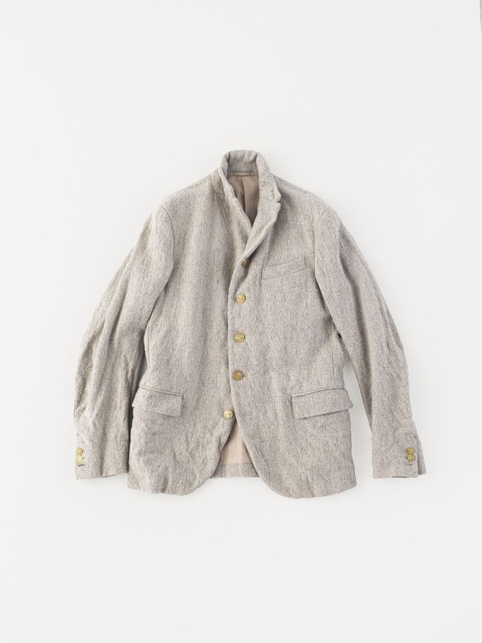 BRAND: A&S ITEM: Old Tailored Jacket MATERIAL: 52% Linen, 48% Wool SIZE: Ladies': 0, 1 Men's: 2, 3, 4 COLOR: Top Gray DELIVERY: September PRICE: Ladies': ¥71,400, Men's: ¥73,500 毎シーズン、異なる素材で展開している<Old Tailored Jacket>。今シーズンは、縦糸にリネン横糸にウールを使用した膨らみとウォーム感ある味わい深い生地で提案。馴染みの良いくったりとした表情が特徴。アームホールは浅く、もたつきのないすっきりとした着用感。この他にも様々な素材でラインナップ。