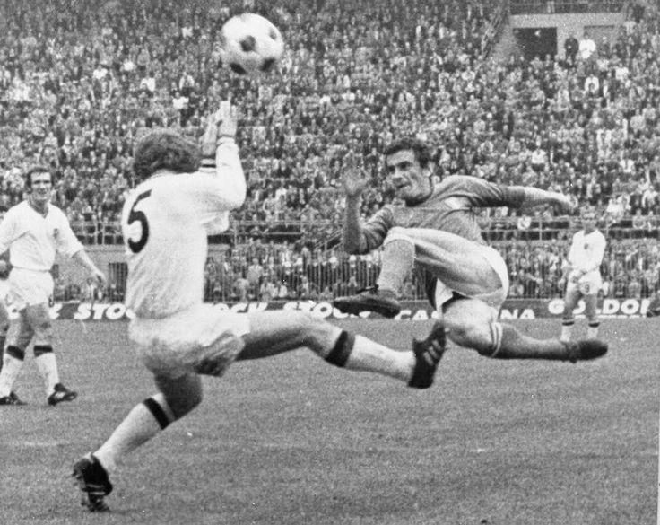 Gigi Riva e la Nazionale Gigi Riva contro Erwin Vandendaele del Belgio in una partita dei quarti di qualificazione per gli Europei di calcio, a Milano, 29 aprile 1972.  Gigi Riva è considerato tra i migliori calciatori italiani di sempre ed è tuttora il miglior marcatore della Nazionale, con 35 gol. È nato il 7 novembre del 1944 e oggi compie 70 anni.