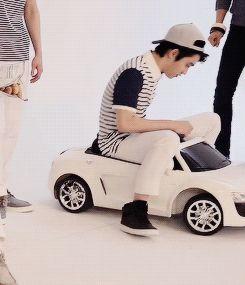 KYUNGSOO (SQUISHY) IN HIS (TINY) CAR gif <3