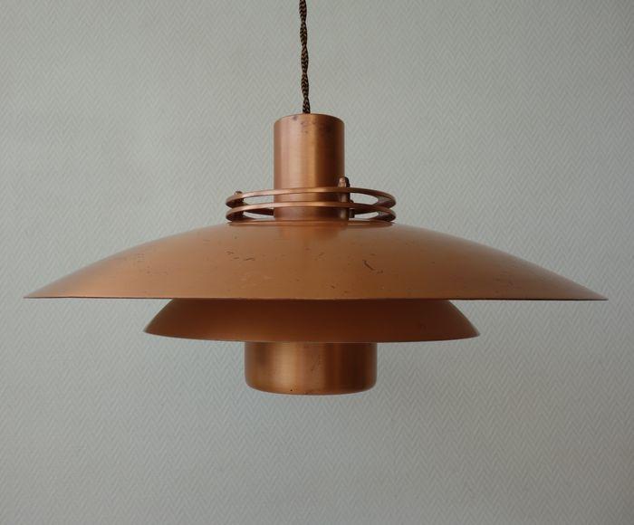 Form-light - schijven hanglamp in massief koper  Deze lamp was het topstuk van de firma Form-light uit Denemarken.In de basis is het een klassieke schijven hanglamp in de beste Deense traditie.Wat deze lamp anders maakt dan alle andere (doorgaans aluminium) lampen van de Deense collega's (Louis Poulen Lyfa F&M Nordisk Solar etc.) is dat hij van massief koper is gemaakt. De lamp bestaat uit drie schijven/onderdelen met bovenop nog twee kleine saturnusringen rond een cilinder. Alleen de…