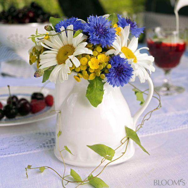 Blumenstrauß mit Kornblumen und Margeriten | Tischdeko ...