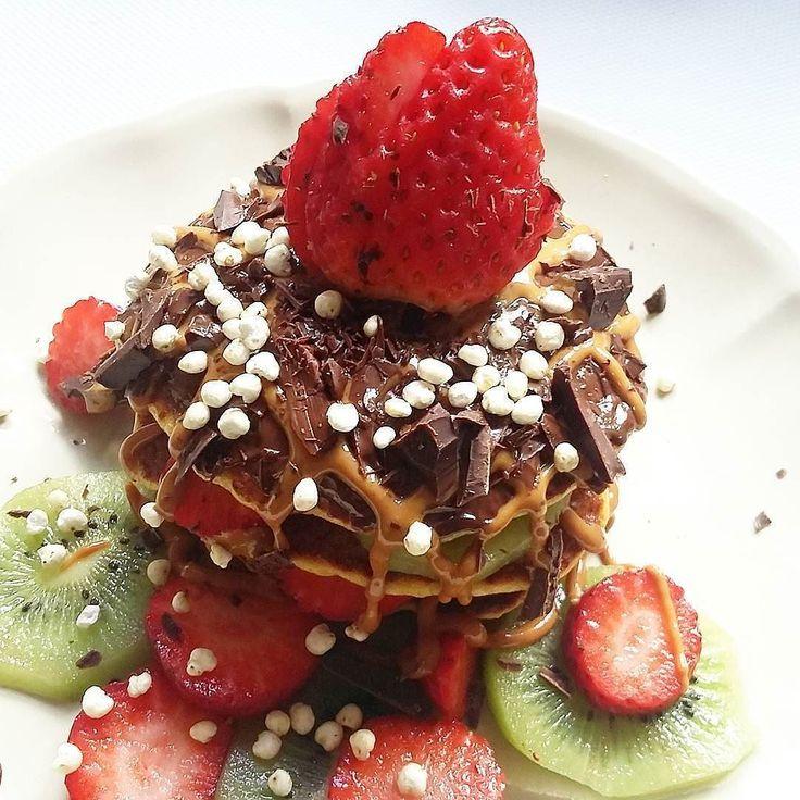 Pequeno almoço tardio...panquecas com fruta chocolate e manteiga de amendoim...#whatelse  bom domingo! ( # @anasofia.insta )