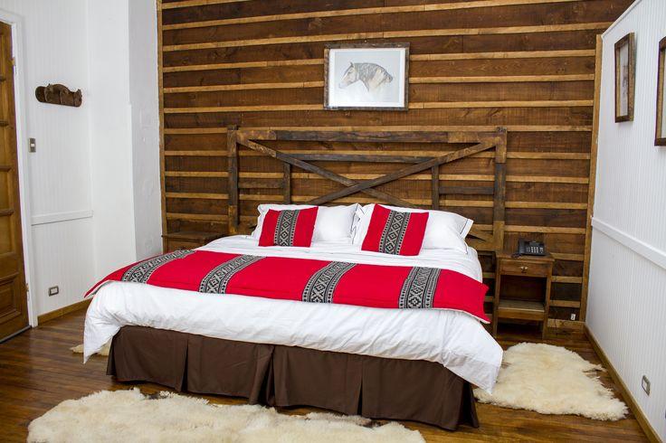El respaldo de cama es una tranquera de la Estancia Rosa Irene en Tierra del Fuego. #habitacion #hotelboutique #chile #magallanes #travel #puntaarenas