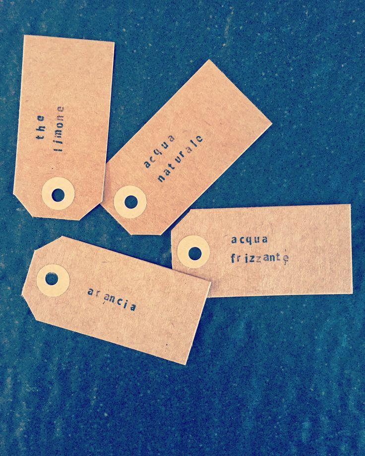 Etichette per bevande per feste. Ideali da legare con una corda sottile ai manici delle brocche di vetro. Realizzate a mano con piccoli timbrini.
