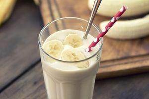 banana smoothies Batido de banano y avena Ingredientes: 1 banano maduro 1 taza de yogur griego sin sabor 1 taza de leche de soya o de arroz sin grasa 1/2 taza de avena de grano enteros laminados 4 cucharaditas de semillas de linaza (whole grain rolled oats) miel 100% natural, a gusto hielo