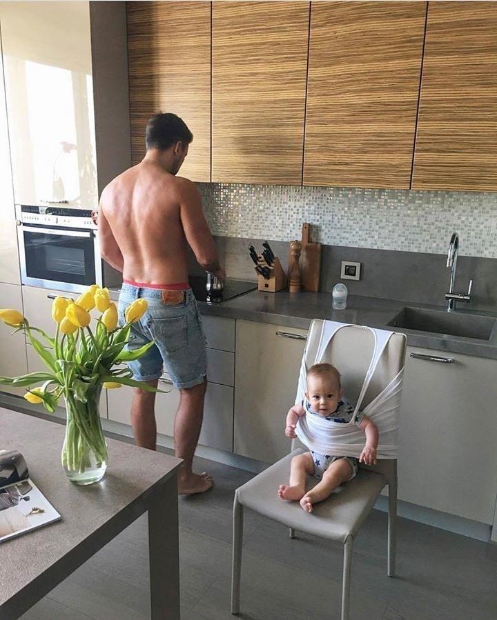 Und dieser Vater, der den Hochstuhl des Babys nicht gefunden und stattdessen improvisiert hatte:   – Lustig