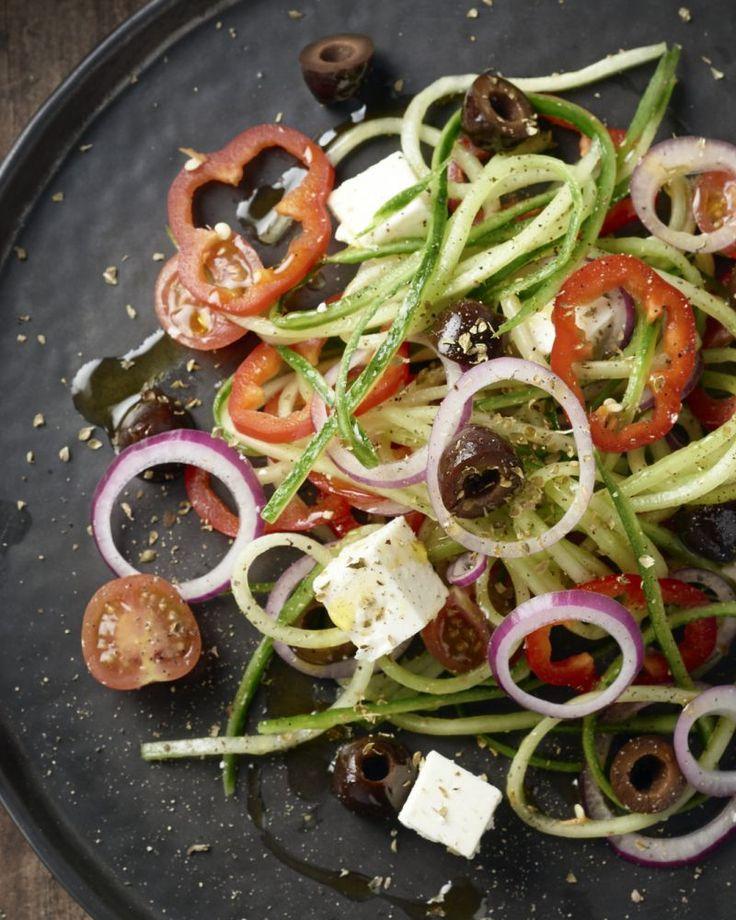 Een originele variatie op de typische 'Greek salad' met komkommerslierten! Een lekker fris en licht slaatje met feta!