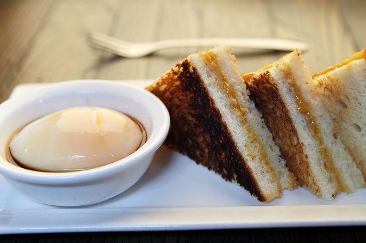 Singapur - Kaya-Toast Kaya-Toast ist süß und sehr beliebt in Singapur und auch Malaysia. Dazu wird Weißbrot in Butter und Kaya-Marmelade, die aus Kokosnussmilch und Eiern hergestellt wird, getunkt. Es ähnelt dem amerikanischen French Toast und wird genauso zum Frühstück verspeist. Anstelle von Bacon wird zum Kaya-Toast jedoch ein hartgekochtes Ei serviert.
