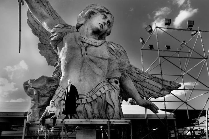 """Radu DRĂGUȘIN   Sculptor   """"Socotind că îmi place să îl amuz pe Dumnezeu, vă dezvălui că urmează sa umplu lumea de monumente şi statui""""   Photo credit: Miri Davidovich, Styling: Pine Dr."""