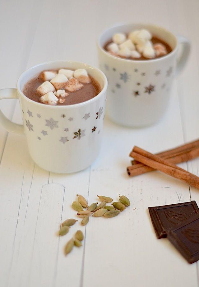 Uit Pauline's Keuken: Dairy-free Hot Chocolate  Ingrediënten voor 2 mokken 400 ml Alpro Amandeldrink ongezoet 60 gr pure chocola 2 tl honing 1 kaneelstokje 2 kardemom peulen Snufje nootmus...