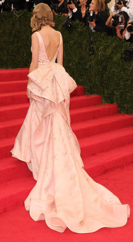 Taylor swift de Oscar de la Renta no tapete vermelho do Baile do Met
