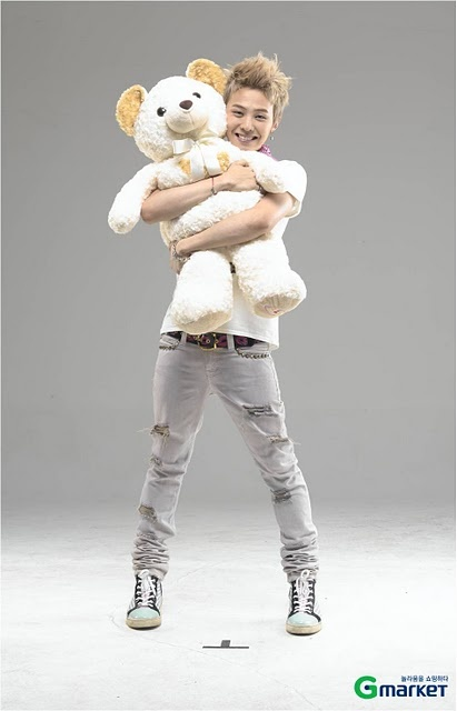 G-Dragon (Big Bang) - this has to be my favorite photo of him, its the cutest.