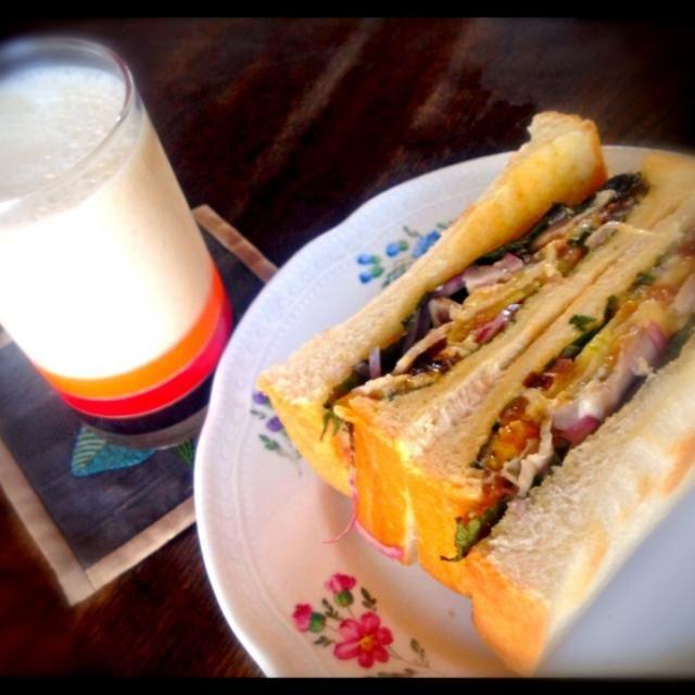 いつものBOTサンドに今日はせっかく作った枇杷コンポートをスムージーの具にしてみました。バナナ多めに入れたので美味しかったです。 - 9件のもぐもぐ - バナナと枇杷コンポートのスムージーとBOTサンドイッチ by トキロック