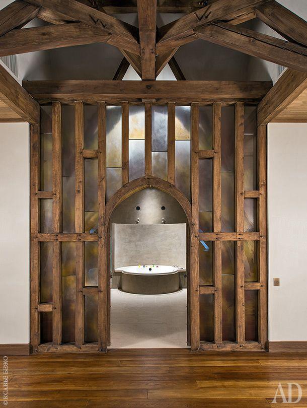Ванная комната дочерей находится в мезонине. Она современная и минималистичная. Перегородка между ванной и душевыми отлита из бетона.