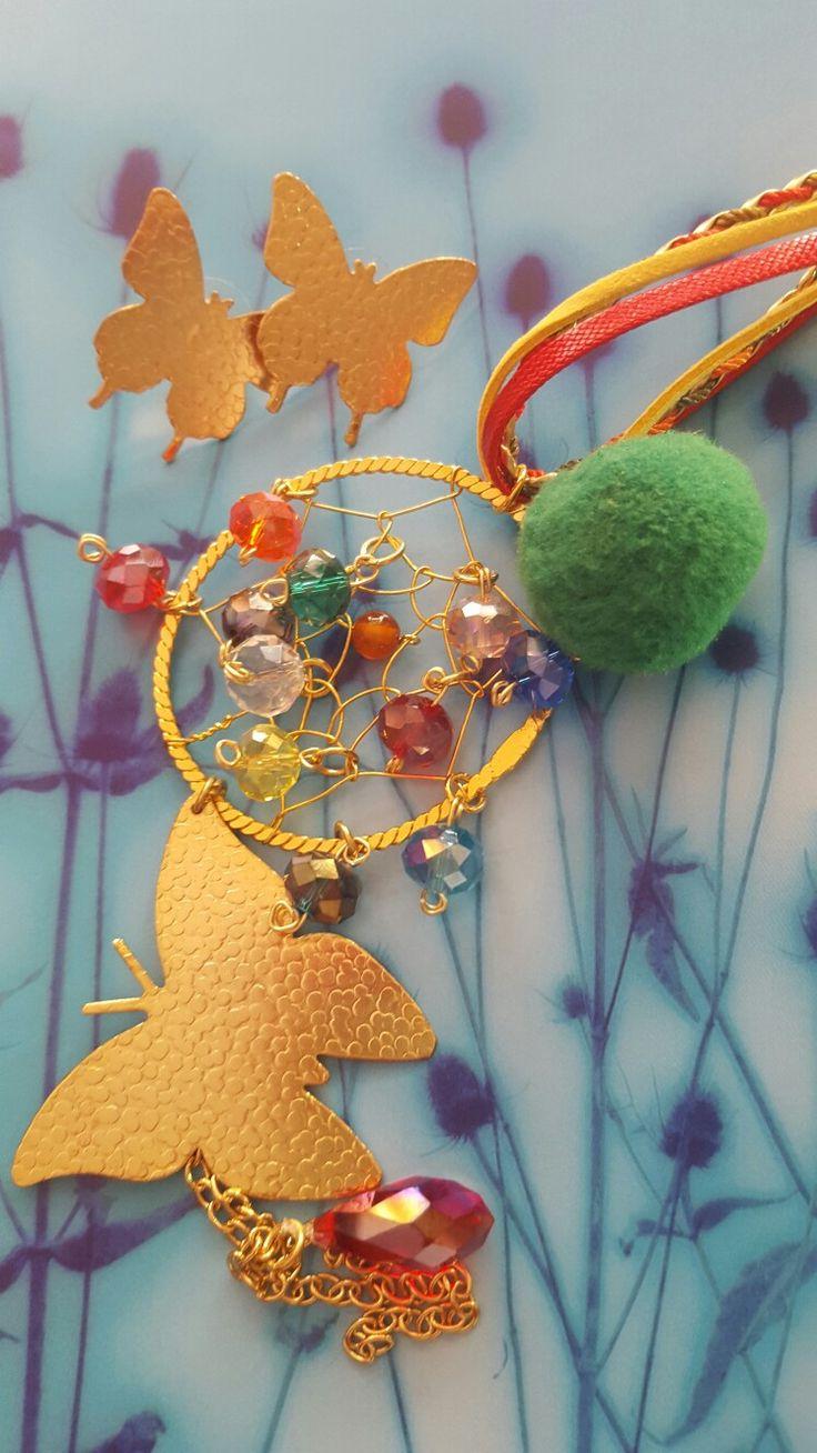 Atrapando los sueños de las mariposas multicolores. Collar dije atrapa sueños, y aretas mariposas en oro