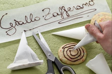 Come preparare facilmente UN CORNETTO DI CARTA FORNO (how to make a parchment paper cone), una valida alternativa alla classica tasca da pasticcere. #video #ricetta #GialloZafferano #scuoladicucina #comefare