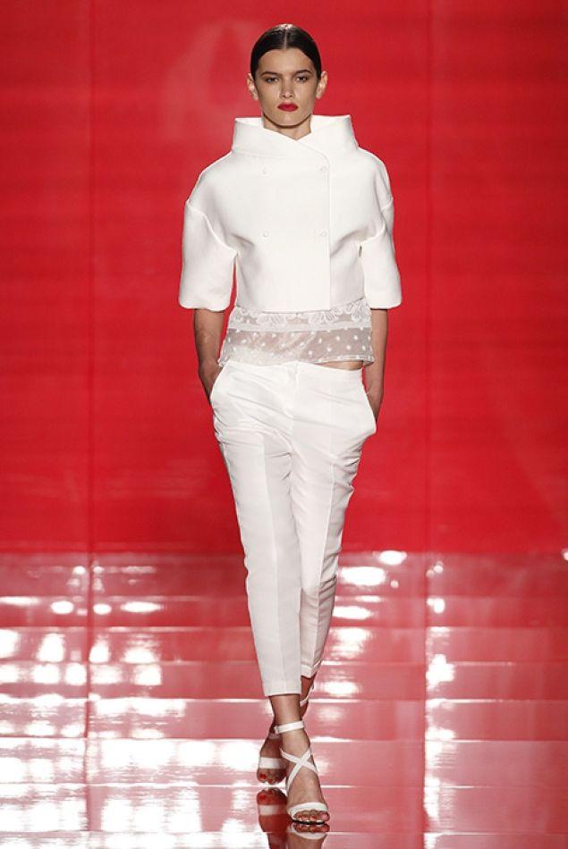 una chaqueta y pantalón totalmente blanco, y un elegante cuello.