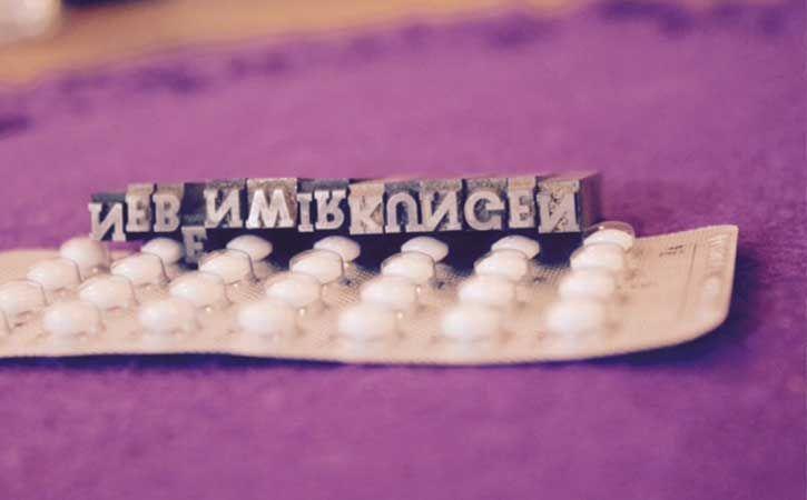 Welche Nebenwirkungen können bei der Einnahme der Pille auftreten? Hormonelle Verhütung ist auf den ersten Blick bequem, doch welche Nachteile sie mit sich bringen kann, sollte man nicht außer Acht lassen!