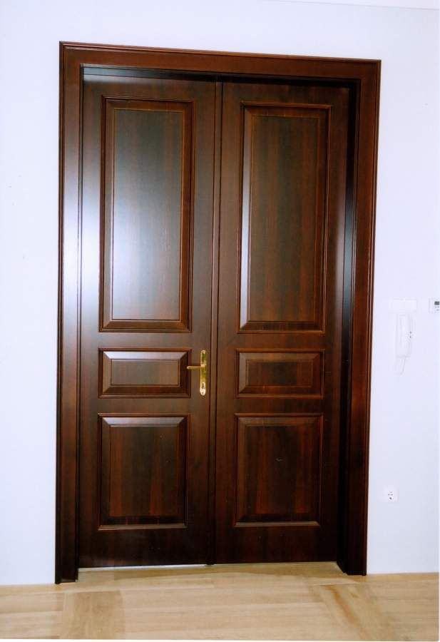 klasszikus színfurnéros beltéri ajtó, egyedi betéttel-és díszborítással