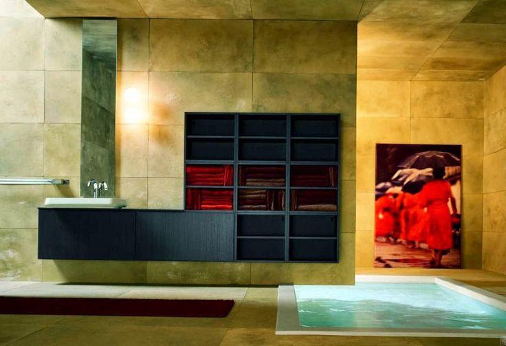 Interessante combinazione di semplice e di lusso per un bagno minimalista con grande vasca interrata