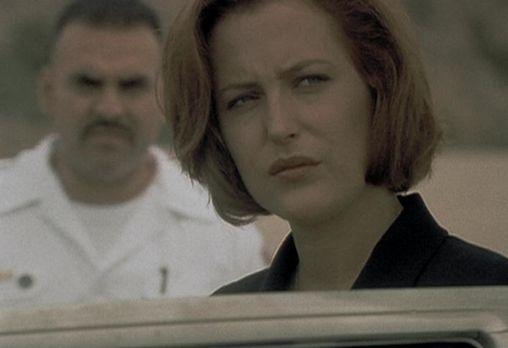 In Nevada kommt es zu einer wilden Verfolgungsjagd zwischen der Polizei und einem Geiselnehmer, wobei eine Geisel ums Leben kommt - unter merkwürdigen Umständen. FBI-Agentin Dana Scully obduziert die Leiche und stellt überrascht fest, dass die Todesursache der Frau keine Polizeikugel, sondern ein geplatztes Innenohr war. Wenig später wird Mulder von dem wütenden Ehemann der Toten als Geisel genommen. Der Mann weist dieselben Krankheitssymptome auf wie seine Frau ...