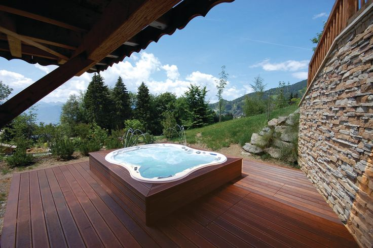 Free standing jacuzzi tub deck contemporary with backyard for Free standing hot tub deck