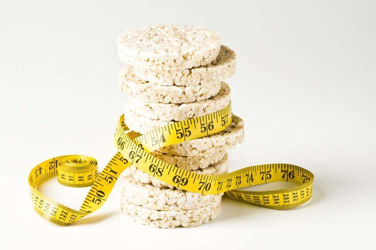Reiswaffeln sind fettfrei und mit 30 Kalorien (1 Scheibe, ca. 8 g) leichte Knabbersnacks für zwischendurch. Es gibt sie mittlerweile nicht nur neutral, sondern auch in Süß und Pikant. Reiswaffeln mit Schokoladen- oder Joghurtüberzug sind allerdings alles andere, als leicht. 100 Gramm bringen zwischen 450 und 480 Kalorien mit sich und enthalten cirka 30 g Zucker, sowie um die 20 g Fett.
