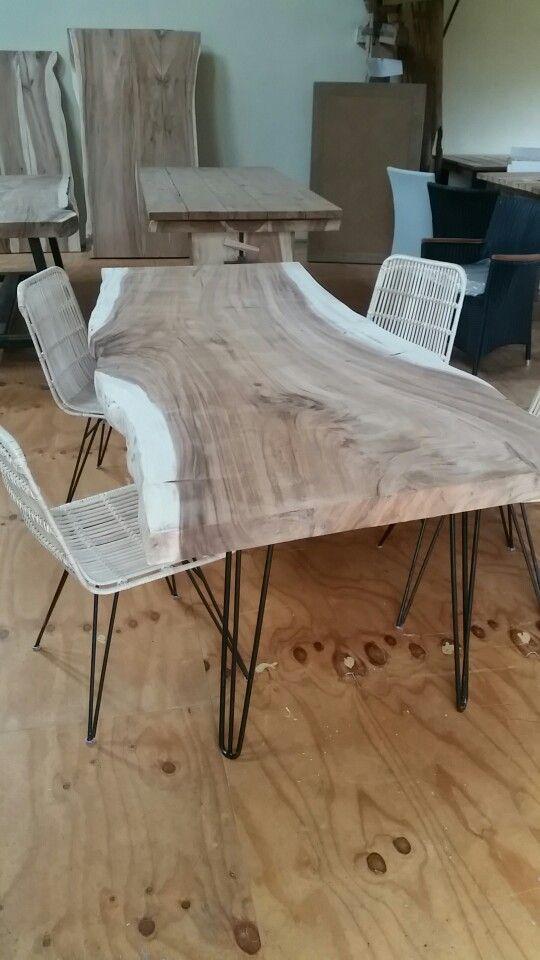Boomstamtafel met pinnen bamboe stoelen bij Ars Longa