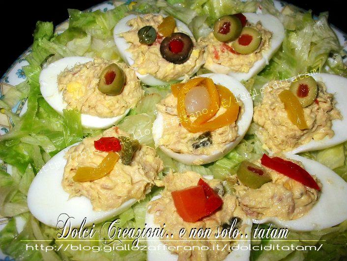 Uova Sode Ripiene con Giardiniera Ecco un modo diverso per gustare le uova sode, rivisitate e arricchite con tonno, insalata giardiniera, maionese e capperi