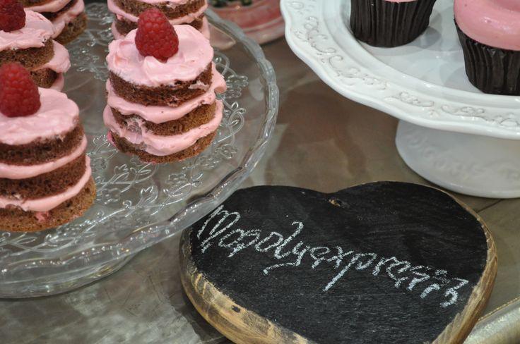 A vintage, és rusztikus stílusú esküvőhöz legjobban a csupasz torták és sütik passzolnak. #mosolyexpressz #esküvő #csupasztorta